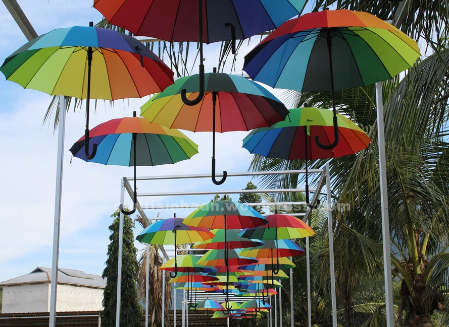 hiasan-payung-di-waterboom-singkawang