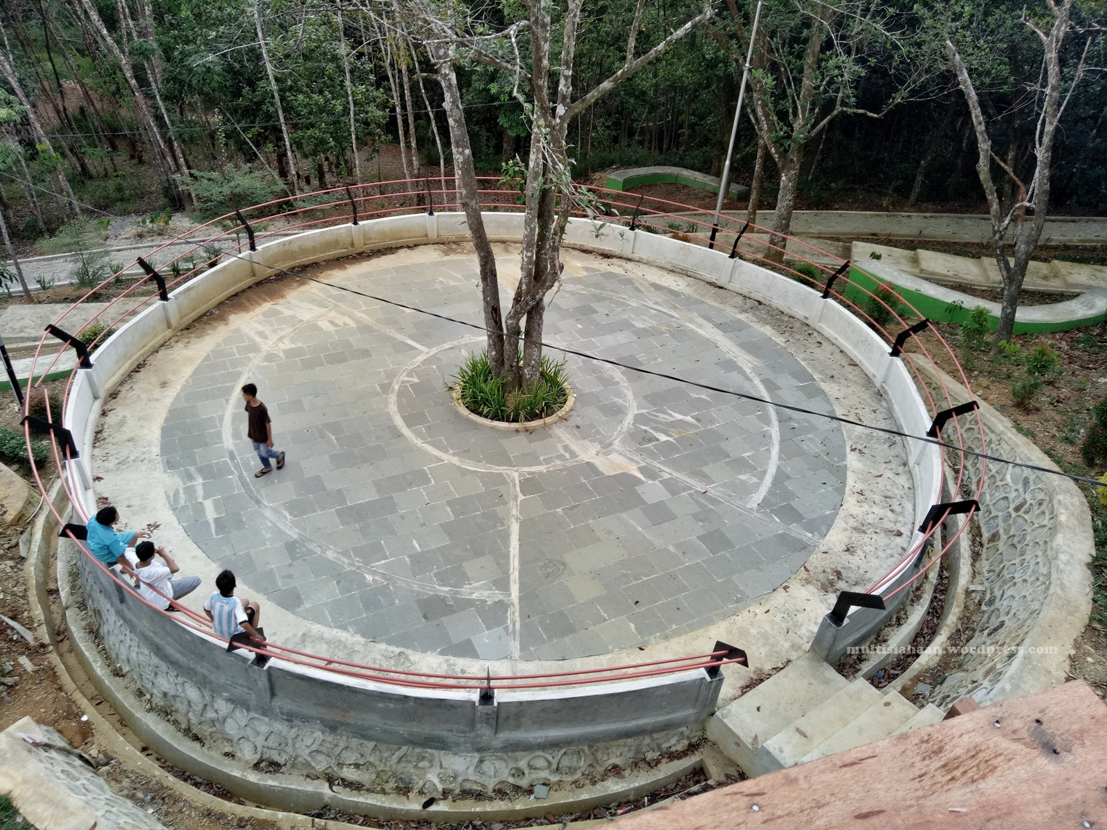 pemandangan_dari_atas_lantai_pohon_yang_kedua